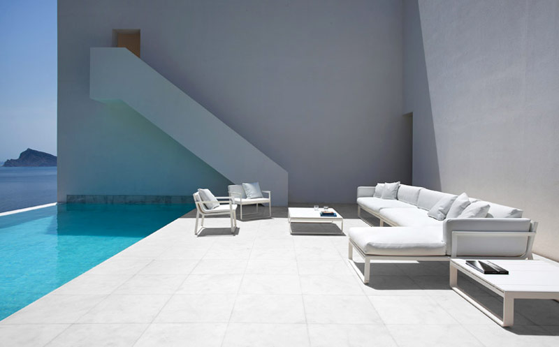 Swimming pool patio area all in white of the House on the Cliff by Fran Silvestre Arquitectos