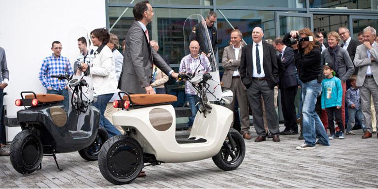 2 Be.e Hemp Electric Scooter by Vaneko side by side