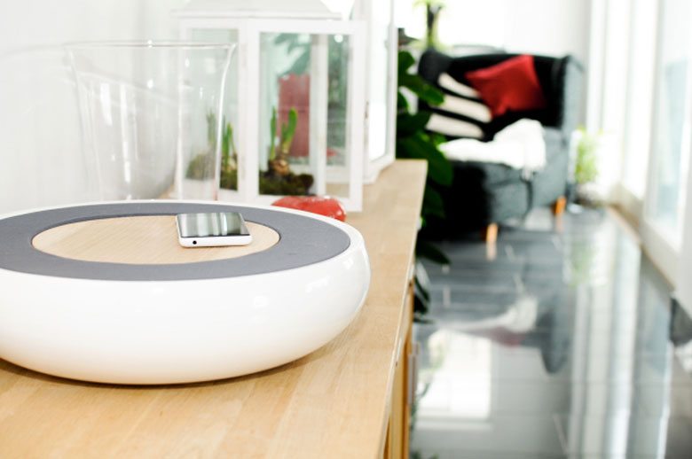 Smartphone placed on top of the Ceramic Speaker for Smartphones by Victor Johansson