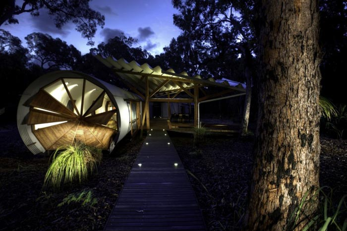 Architecture of the Drew House by Simon Hills of Anthill Constructions during the evening