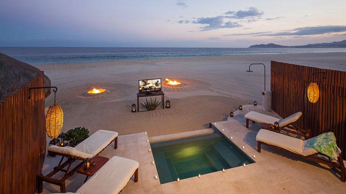 Jacuzzi near a sandy beach at Las Ventanas in Los Cabos
