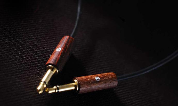 Gold plated jack of the Meze 88 Classics Wooden Headphones