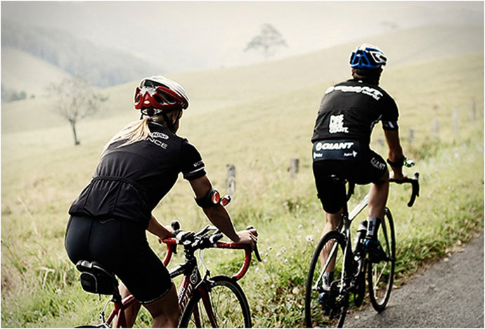 2 cyclists using the REARVIZ