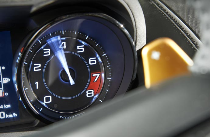 Tachymeter in the Jaguar F-Type R