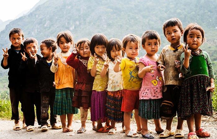 The children of Vietnam posing for Réhahn.