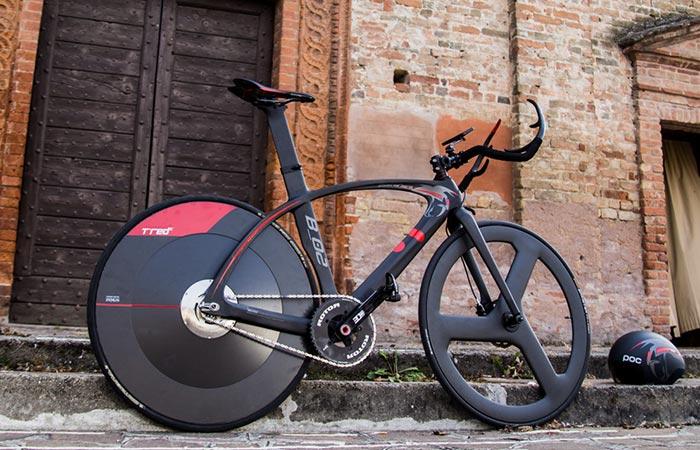 T°RED BestiaNera Hybrid Bike on the street, side view.