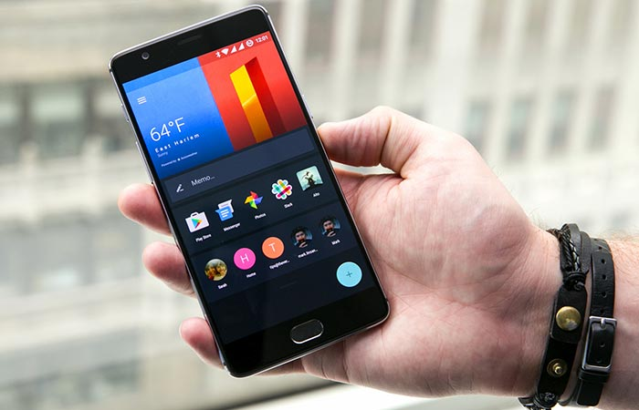 OnePlus 3 being held by someone with the display on