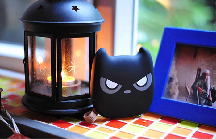 ANAN power bank next to a lantern