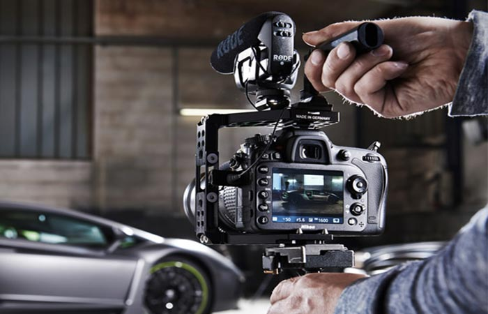 Aptaris cage system on stand while taking photos of a Lamborghini