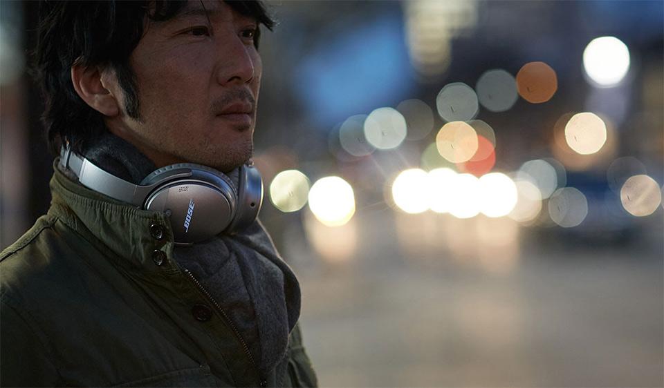 Man wearing the Bose Quiet Comfort 35 around his neck