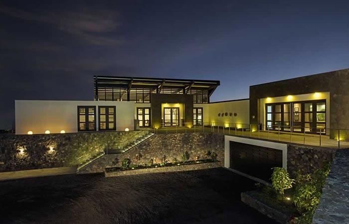 Pikaia Lodge At Night