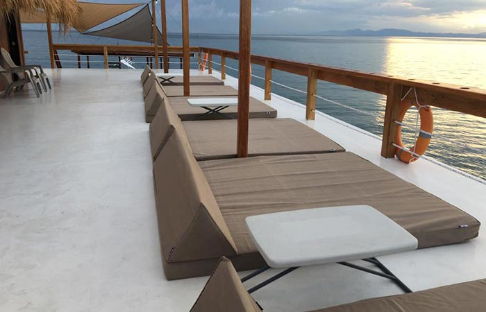 TawHai Floating Bar loungers