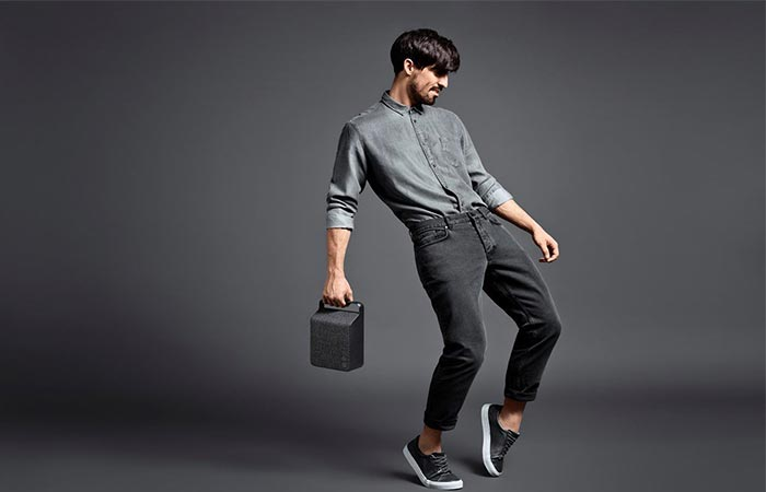 Man carrying the Anthracite Grey Vifa Oslo