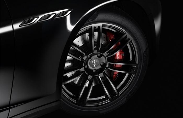 Close up of the 2017 Maserati Ghibli Nerissimo Edition wheel