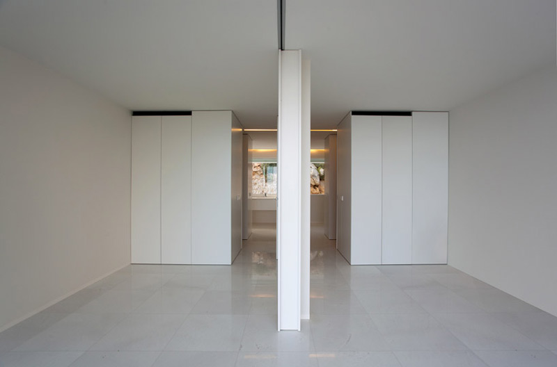 Interior view of the white walls and floors of the House on the Cliff by Fran Silvestre Arquitectos