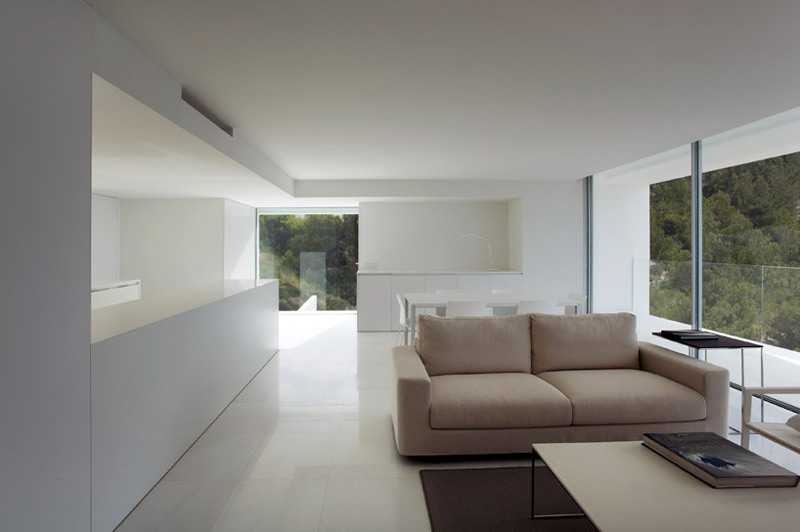 Interior view of the white walls, floor and sofa of the House on the Cliff by Fran Silvestre Arquitectos