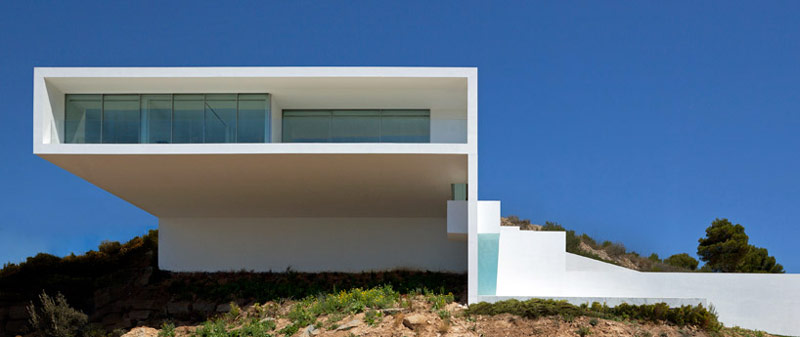Front architecture of the House on the Cliff by Fran Silvestre Arquitectos