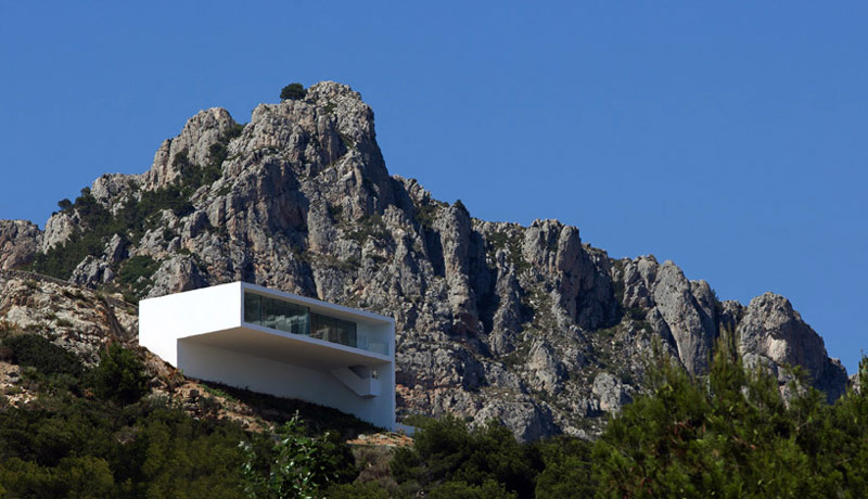 Architecture and scenery of the mountains behind of the House on the Cliff by Fran Silvestre Arquitectos