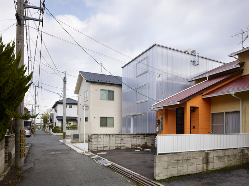 Street view of the House in Tosuien by Suppose Design Office 1
