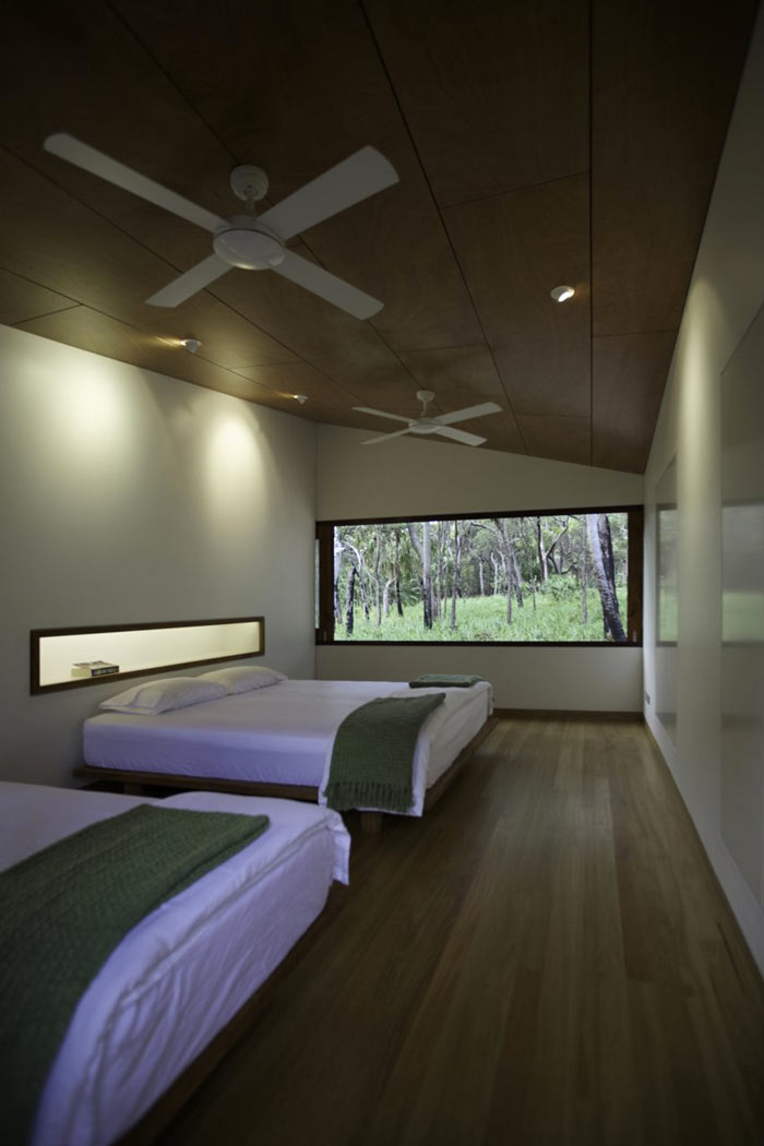 Bedroom with two beds at the Drew House by Simon Hills of Anthill Constructions