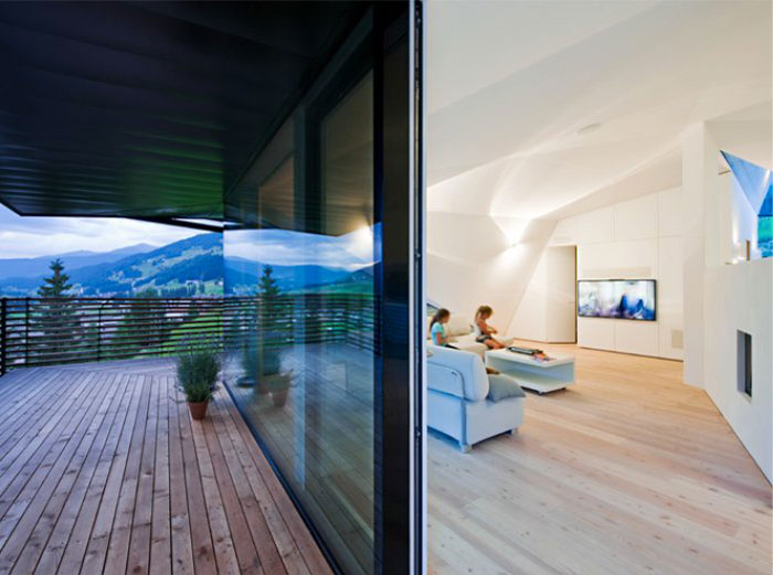 Patio and interior design of the Paramount Alma Residence by Plasma Studio