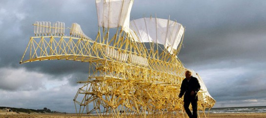 STRANDBEEST | KINETIC ANIMAL SCULPTURES BY THEO JANSEN