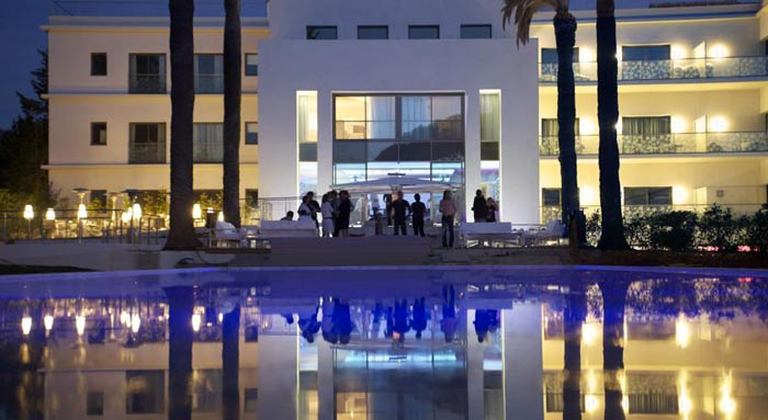 Pool and bar during the evening at the KUBE Hotel Gassin in Saint-Tropez