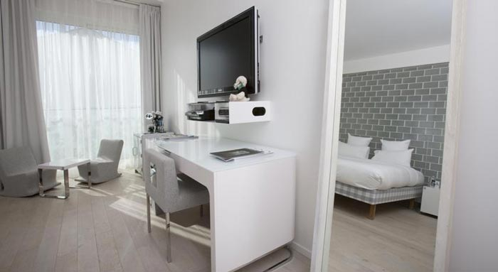 White table and flatscreen TV in a hotel room in Saint-Tropez