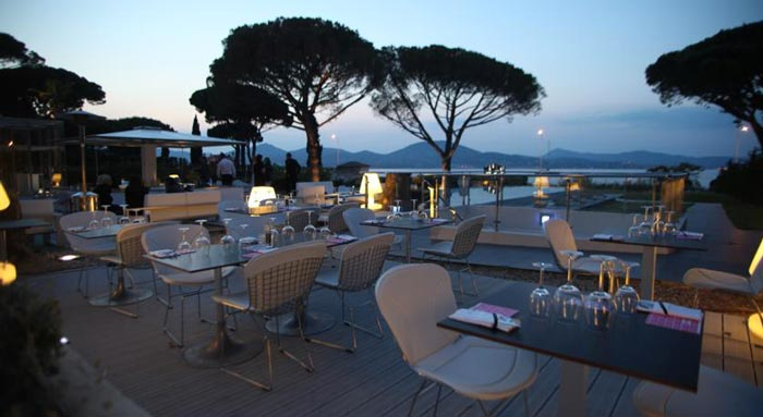 Outdoor terrace at the KUBE Hotel Gassin in Saint-Tropez