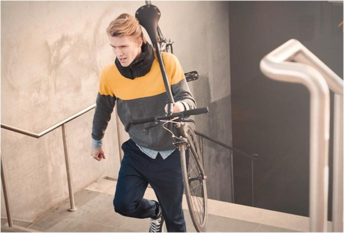 Bicyclist wearing a Hovding airbag around his neck