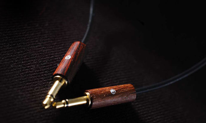 Gold plated jack of the Meze 88 Classics Wooden Headphones