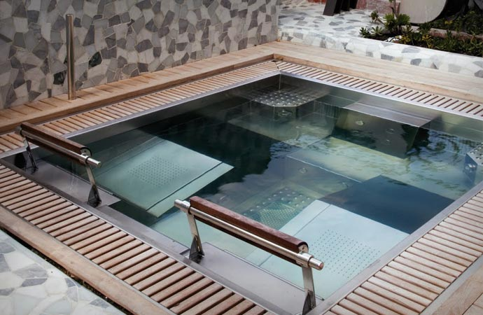Rooftop Jacuzzi at El Palauet Living Hotel in Barcelona