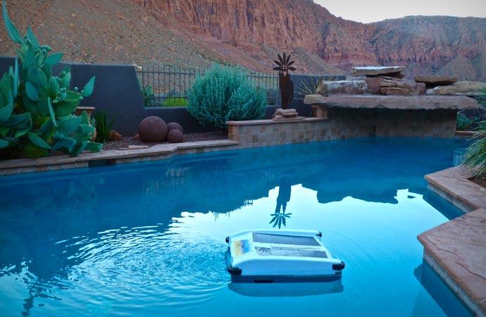 Solar pool skimmer