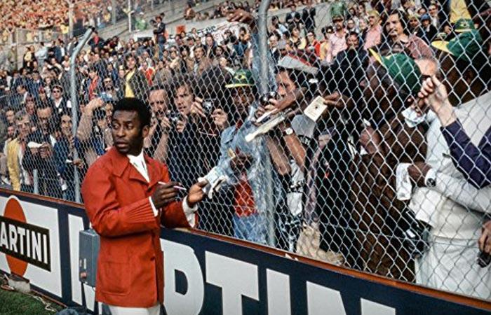 Pele signing autographs