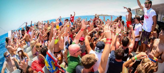 HOW TO HAVE A BUMPING BOAT PARTY (AND THE 5 BEST BOATS FOR THE BASH)