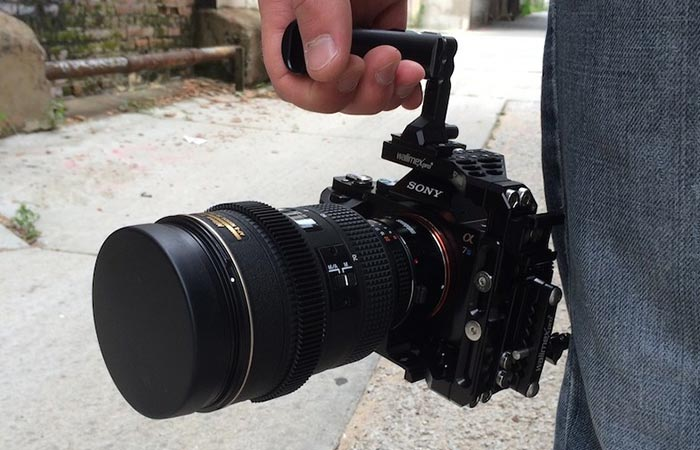 Camera being carried by the Aptaris handle