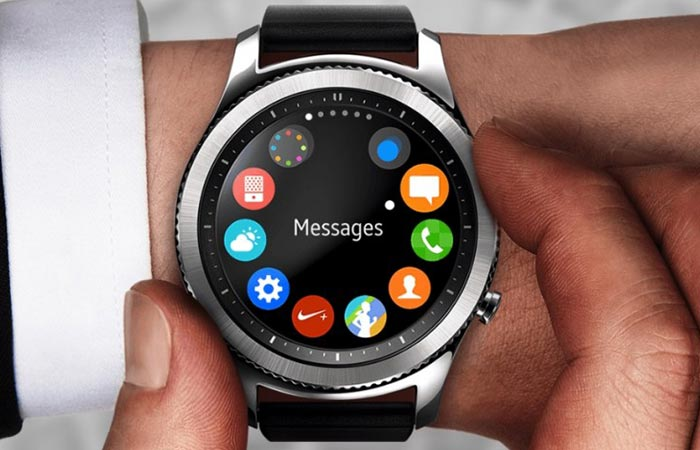 Samsung Gear S3 being used via the bezel